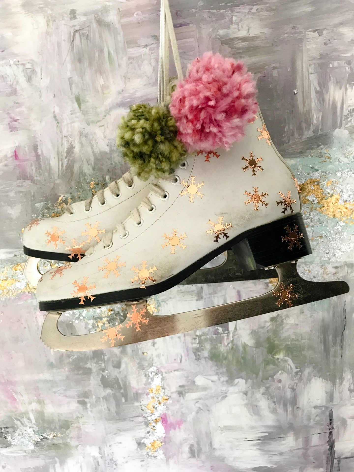 DIY VINTAGE ICE SKATES CHRISTMAS DECOR